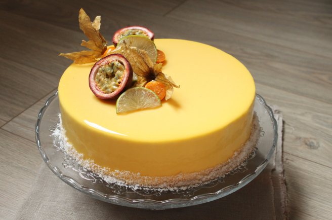 Passionnément exotique (entremets mousse vanille passion, brunoise d'ananas et gelée de mangue)