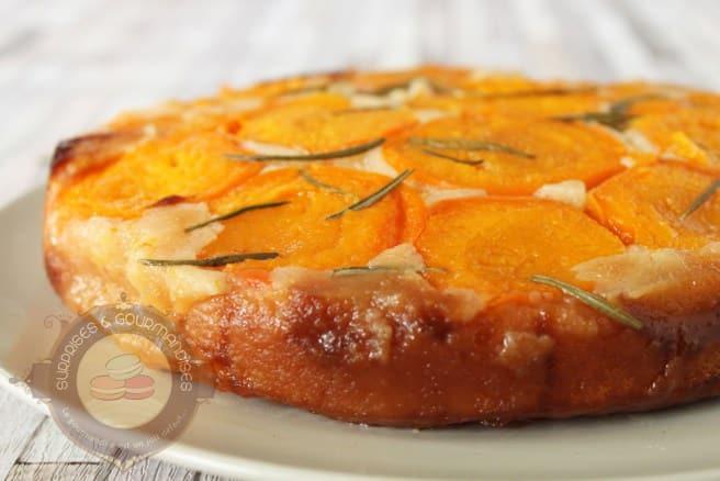 Gâteau renversé à l'abricot, miel et romarin