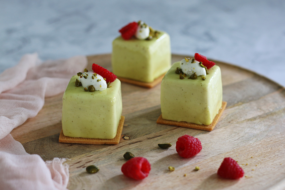 Petits cubes pistache, framboise et vanille
