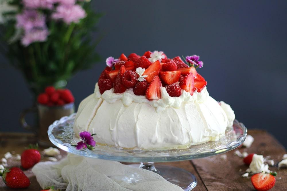 Pavlova fraise, framboise et basilic